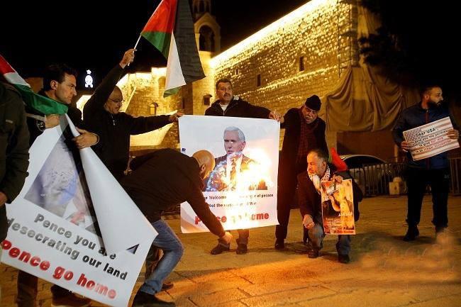 بيت لحم: وقفة إحتجاجية في ساحة المهد ضد زيارة بنس وحرق صوره وصور ترامب