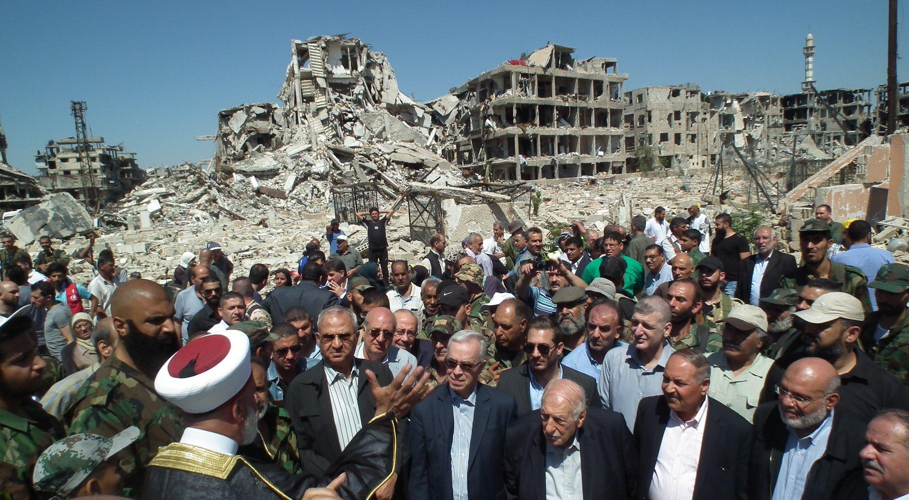 زيارة قادة الفصائل الفلسطينية لمقبرة الشهداء في مخيم اليرموك بدمشق صباح أول أيام عيد الفطر.