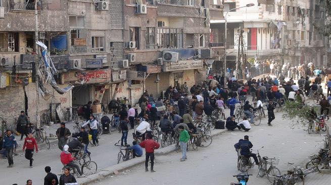 أكدت أن الجهات المختصة حددت مهلة ثلاثة شهور للبدء بفتح الشوارع وإزالة الأنقاض منه … قيادات فلسطينية: مسؤولون سوريون أكدوا أن «اليرموك» لن يخضع إلى إعادة تنظيم