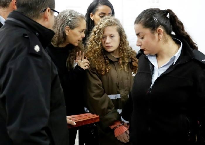 أيقونة فلسطين عهد التميمي ووالدتها تتنفس عبق الحرية ..