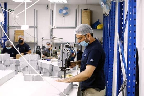 في ظل أزمة كورونا..والحصار الظالم واللإنساني..غزة تحول مصانعها لإنتاج الكمامات والملابس الوقائية وتصدرها للخارج.