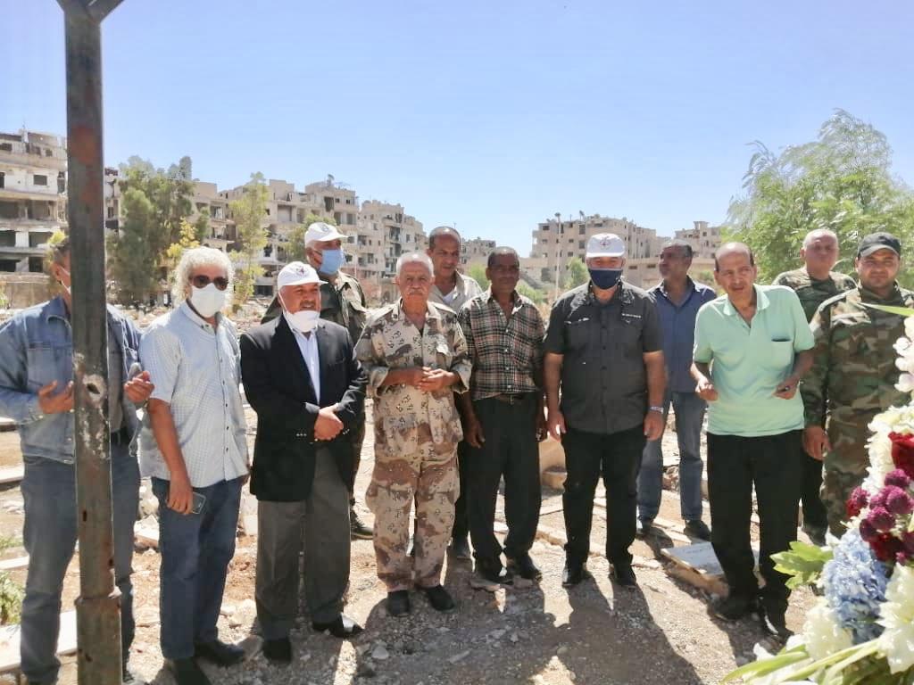 أعضاء وكوادر جبهة النضال الشعبي الفلسطيني تزور مقبرة الشهداء في مخيم اليرموك في أول أيام عيد الأضحى المبارك
