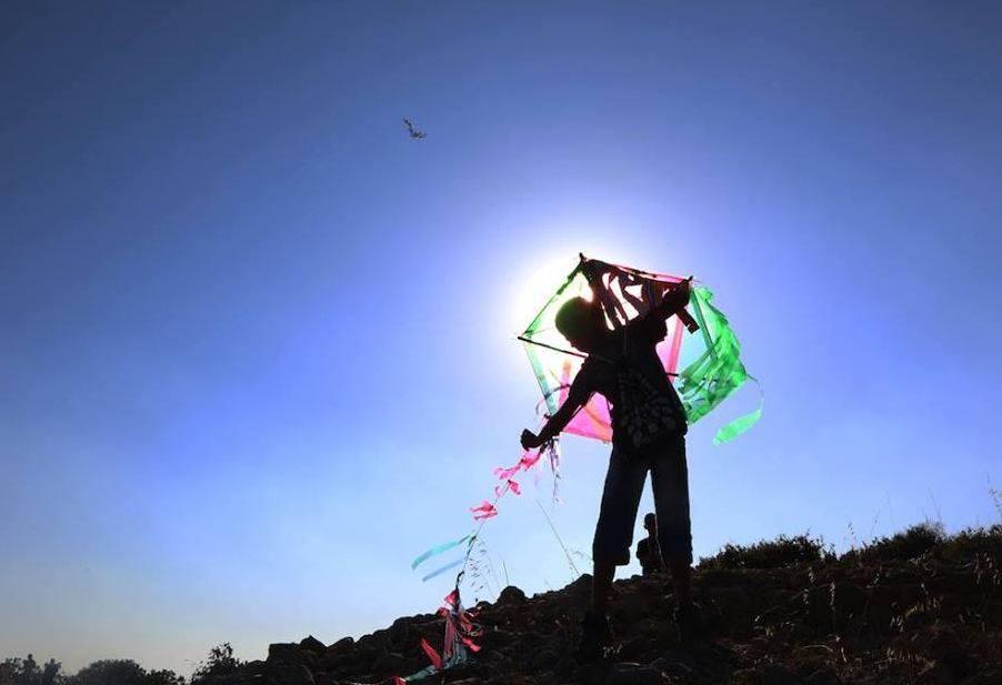 الطائرة الورقية الفلسطينية تحرق الحقول والعقول في